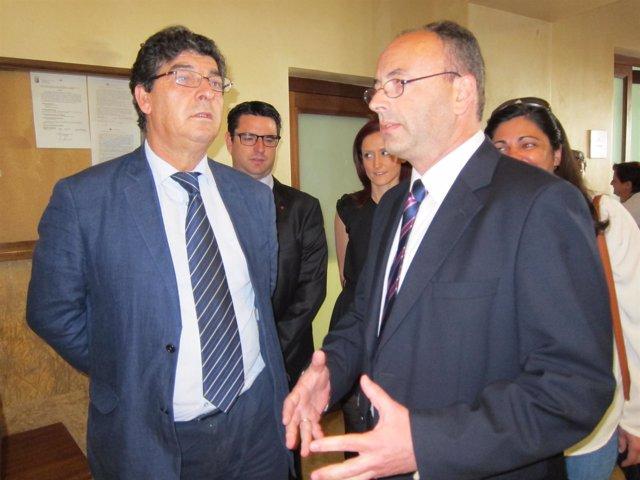 Valderas (izda.) habla con el alcalde de Aguilar en el Ayuntamiento
