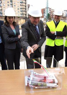 Pedro Sanz introduce la bandera de La Rioja en la urna de la primera piedra
