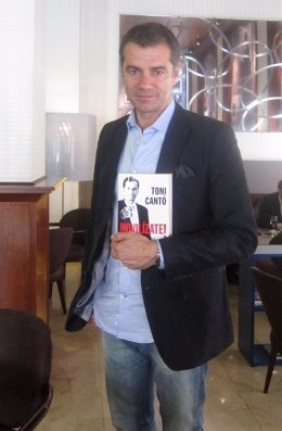 Toni Cantó con su libro 'Movilízate!' en Valencia