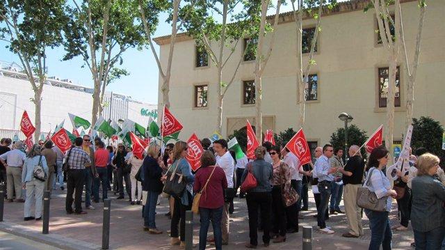 Mnifestantes a las puertas del palacio de San Esteban