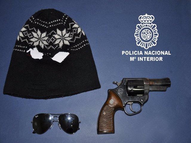 Gorro, gafas y pistola empleadas por el detenido