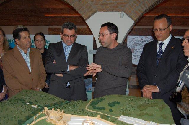 El alcalde de Alcalá de Guadaíra inaugura el nuevo centro de interpretación.