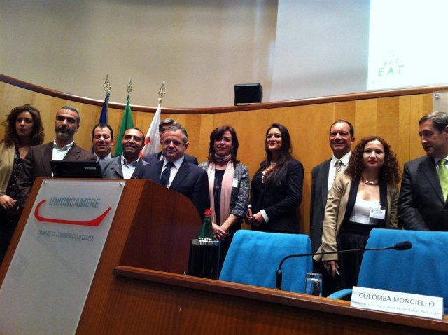 Fuentes y Ceballos (en el centro) en la conferencia en Roma