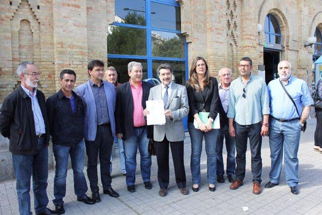 Miembros del PSOE y sindicatos en la estación de trenes de Huelva.
