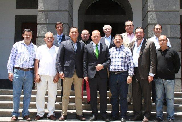 Cardona con representantes del Gobierno de Nayarit, en México