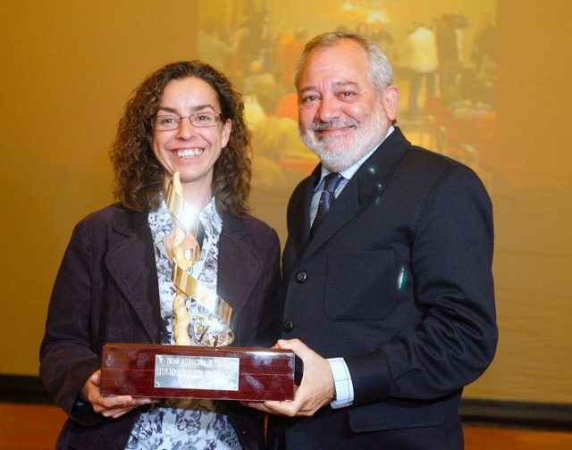 Mónica Bernabé recibe el premio Julio Anguita Parrado