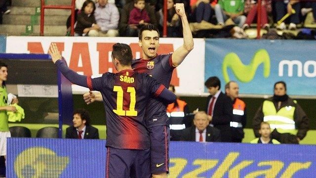 Sergio Lozano y Saad celebran el primer tanto del Barcelona