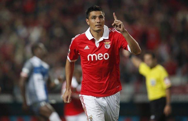 Cardozo mete en la lucha al Benfica