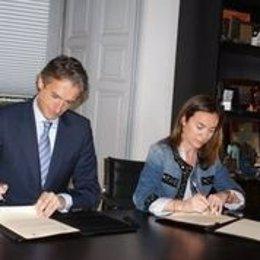 Firma del alcalde de Santander y Cuca Gamarra