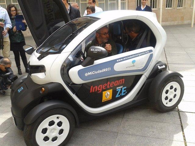 Ruiz Tutor y Sáenz Yangüela, en el coche eléctrico