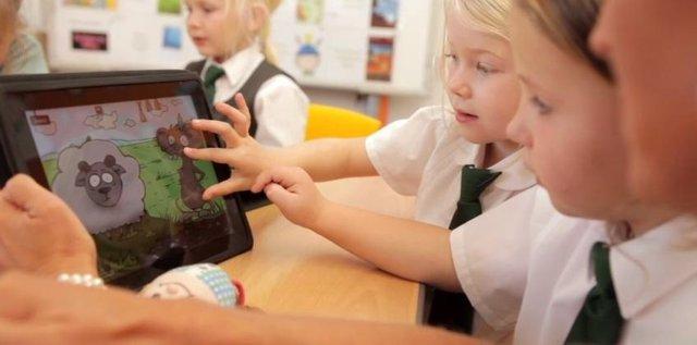 Niños en el colegio con un iPad de Apple