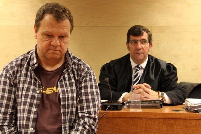 J.Vila (celador de Olot acusado de 11 muertes) y su abogado C.Monguilod
