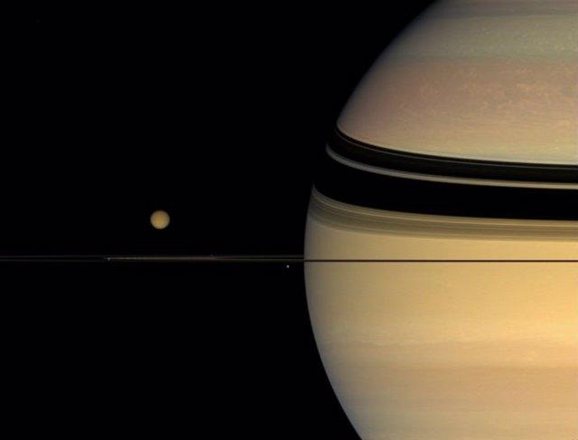 La neblina que envuelve Titán procede del gas de su alta atmósfera