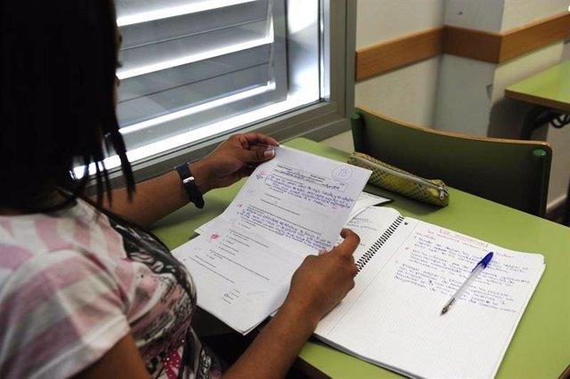 Una estudiante repasa sus apuntes antes de un examen