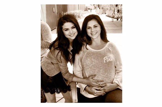 Selena Gómez posa con su madre embarazada