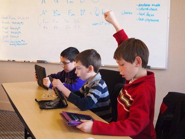 Niños niño menores con un iPad tablet Apple