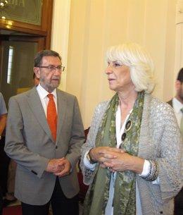 El presidente del Parlamento andaluz, Manuel Gracia, con la alcaldesa de Cádiz