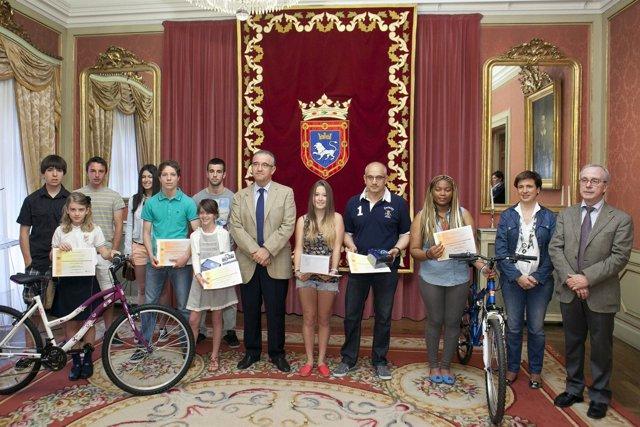 Enrique Maya entrega premios de concursos escolares.