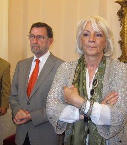 Manuel Gracia, presidente del Parlamento andaluz, junto a la alcaldesa de Cádiz