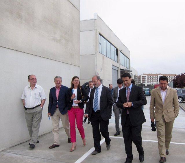 El alcalde visita las nuevas naves nido en Jalón