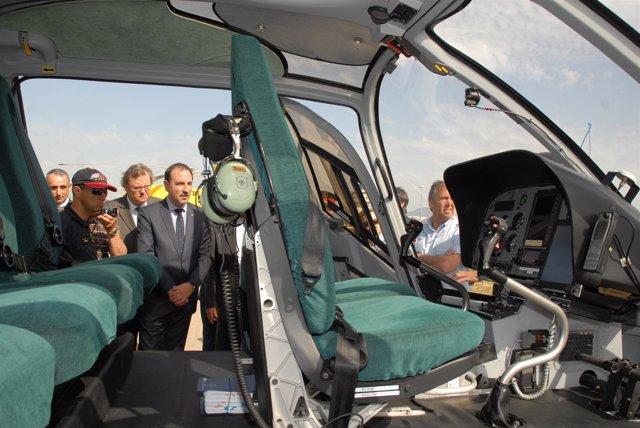 El conseller R.Espadaler presenta los medios aéreos de la campaña forestal