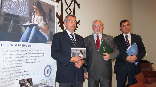 Mendoza junto a José Alarcón Teruel y Ruiz González, de la UCAM