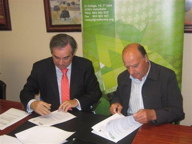 Jesús Aguilar, a la izquierda, junto a Prudencio Prieto, firman un convenio.