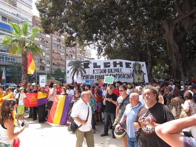 Manifestantes protestan en el acto de inauguración del AVE a Alicante