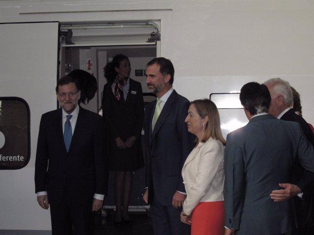 El Príncipe y Rajoy momentos antes de subir al primer AVE a Alicante