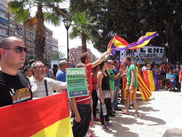Protesta durante la llegada del AVE a Alicante