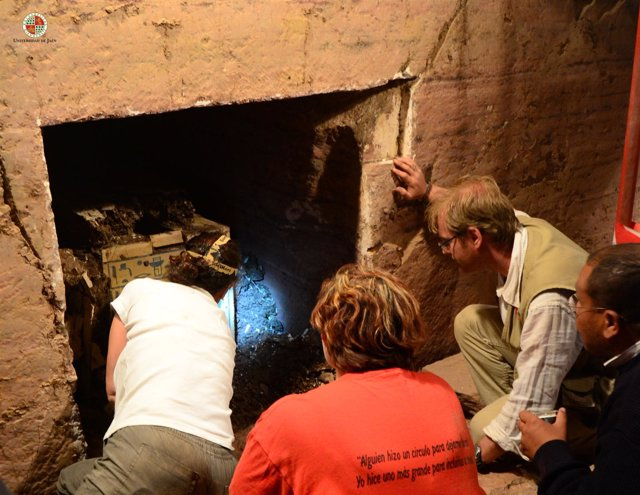 Jiménez, a la derecha, al acceder a la tumba intacta.