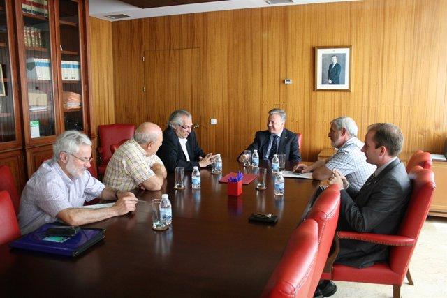 Primo Jurado (al fondo) reunido con los vecinos de Trassierra