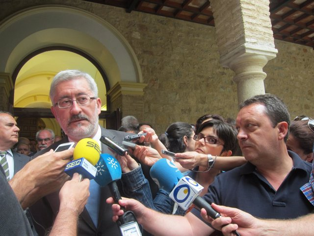 El consejero Antonio Ávila atiende a los periodistas.