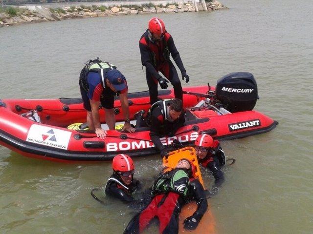 Los bomberos de la DPZ entrenan prácticas de rescate acuático en superficie