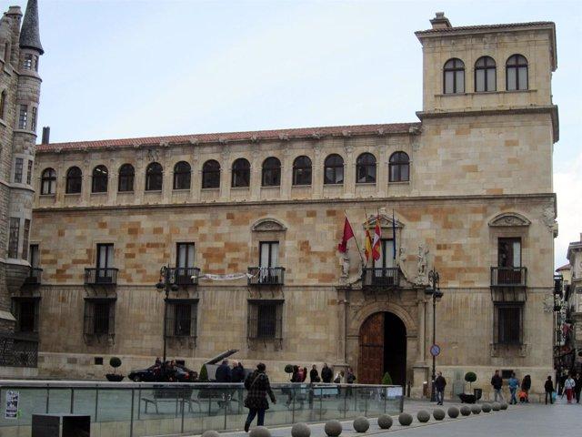 Fachada del Palacio de los Guzmanes, sede de la Diputación de León