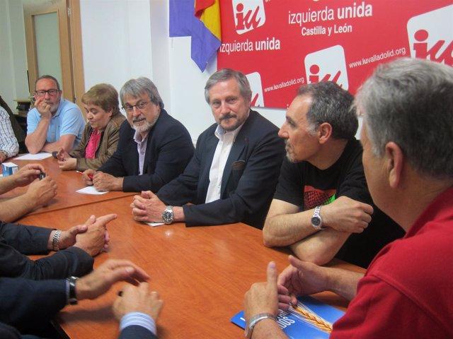 Willy Meyer, durante la reunión con representantes de las OPA  en Valladolid.