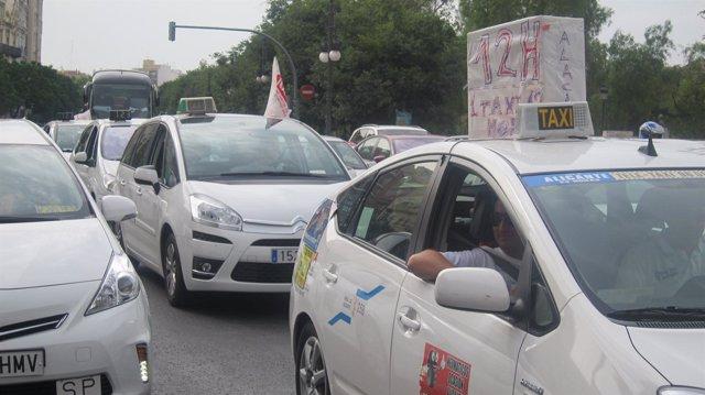 Movilización de taxistas bajo las Torres de Serranos