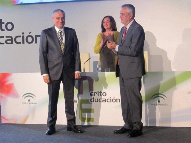 El sociólogo Ramón Flecha recibe la Medalla al Mérito Educativo