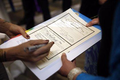 Supremo EEUU ve inconstitucional limitar matrimonio a unión de hombre y mujer