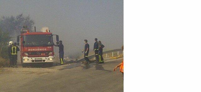 Imagen de un camión de bomberos durante la intervención