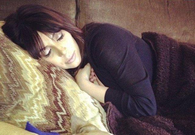 Kim se toma una siesta en la primera foto después del embarazo