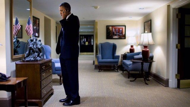 Barack Obama hablando por teléfono