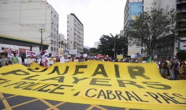 Miles de manifestantes llegan a las inmediaciones de Maracaná