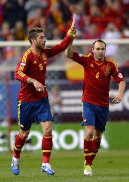 Andrés Iniesta y Sergio Ramos con la selección española