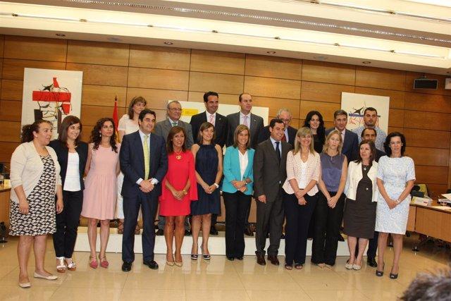 Alli junto con la ministra Mato y el resto de participantes en la reunión