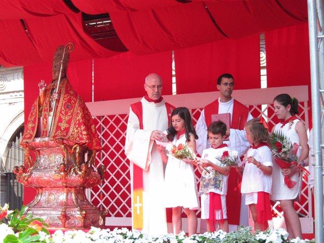 Ofrenda floral de los niños a San Fermín