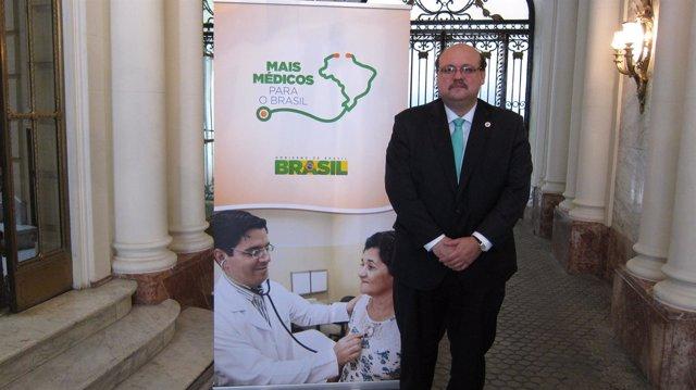 Imagen de Sales, momentos antes de exponer el programa de médicos para Brasil