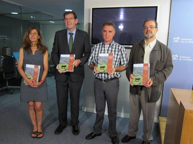 El consejero Nagore, uno de los autores y representantes del IER con el libro