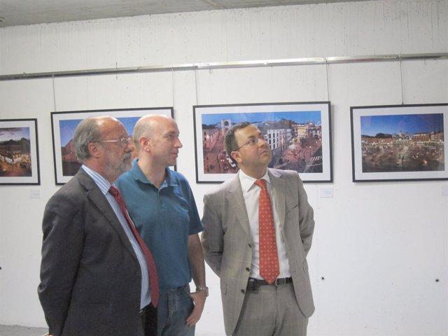 León de la Riva (I), Jesús González (centro) y Fernando Rubio (D) ven la muestra