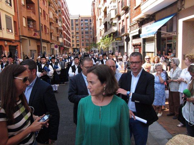 Gamarra, ante los gaiteros, en la inauguración de  la calle Oviedo